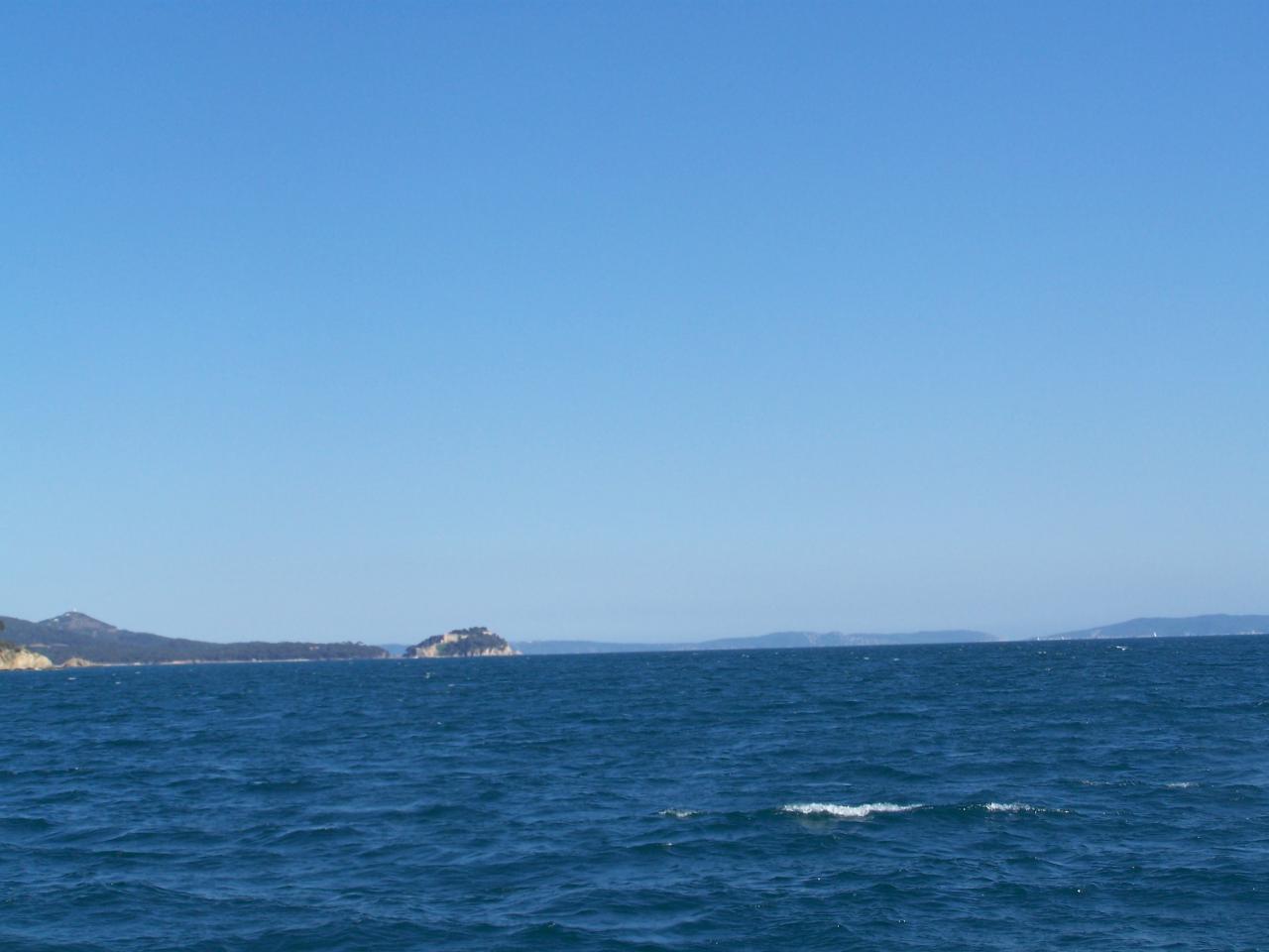 Le fort de BREGAN9ON - PORT CROS et l'Île du LEVANT au loin