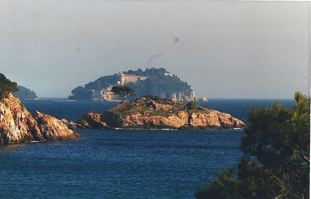 En arrière plan, Le fort de BREGANÇON