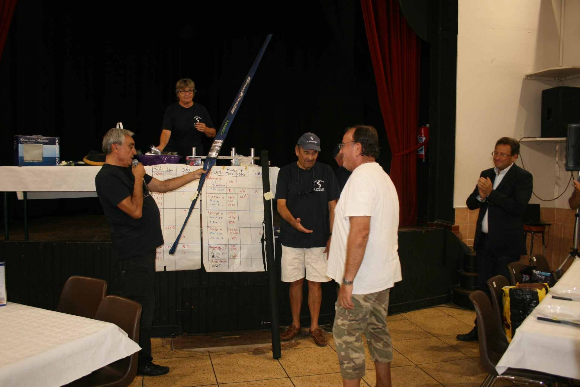 10 Le concours - Armando reçoit une splendide canne de jigg 2