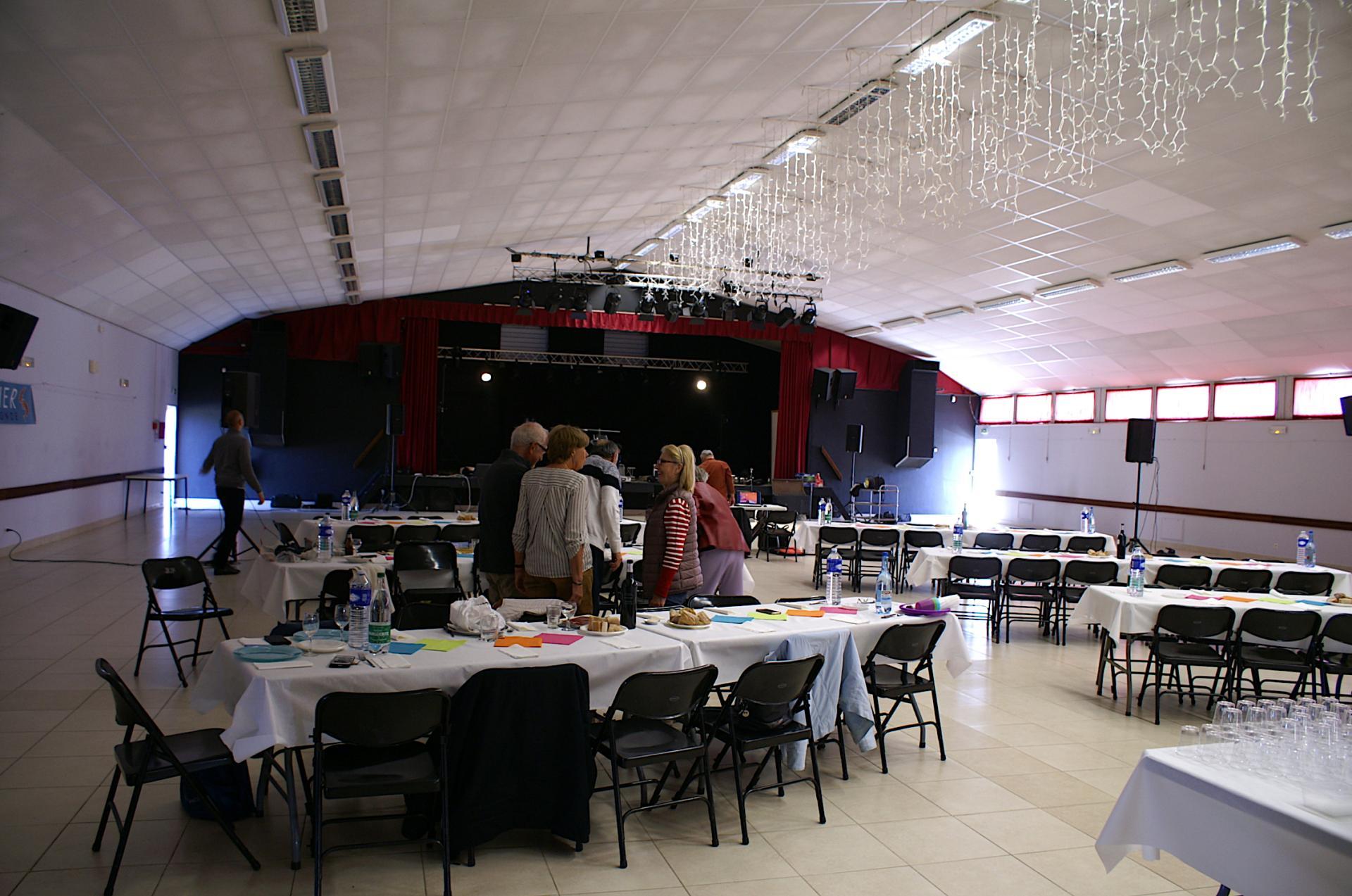 Les tables colorées attendent les convives