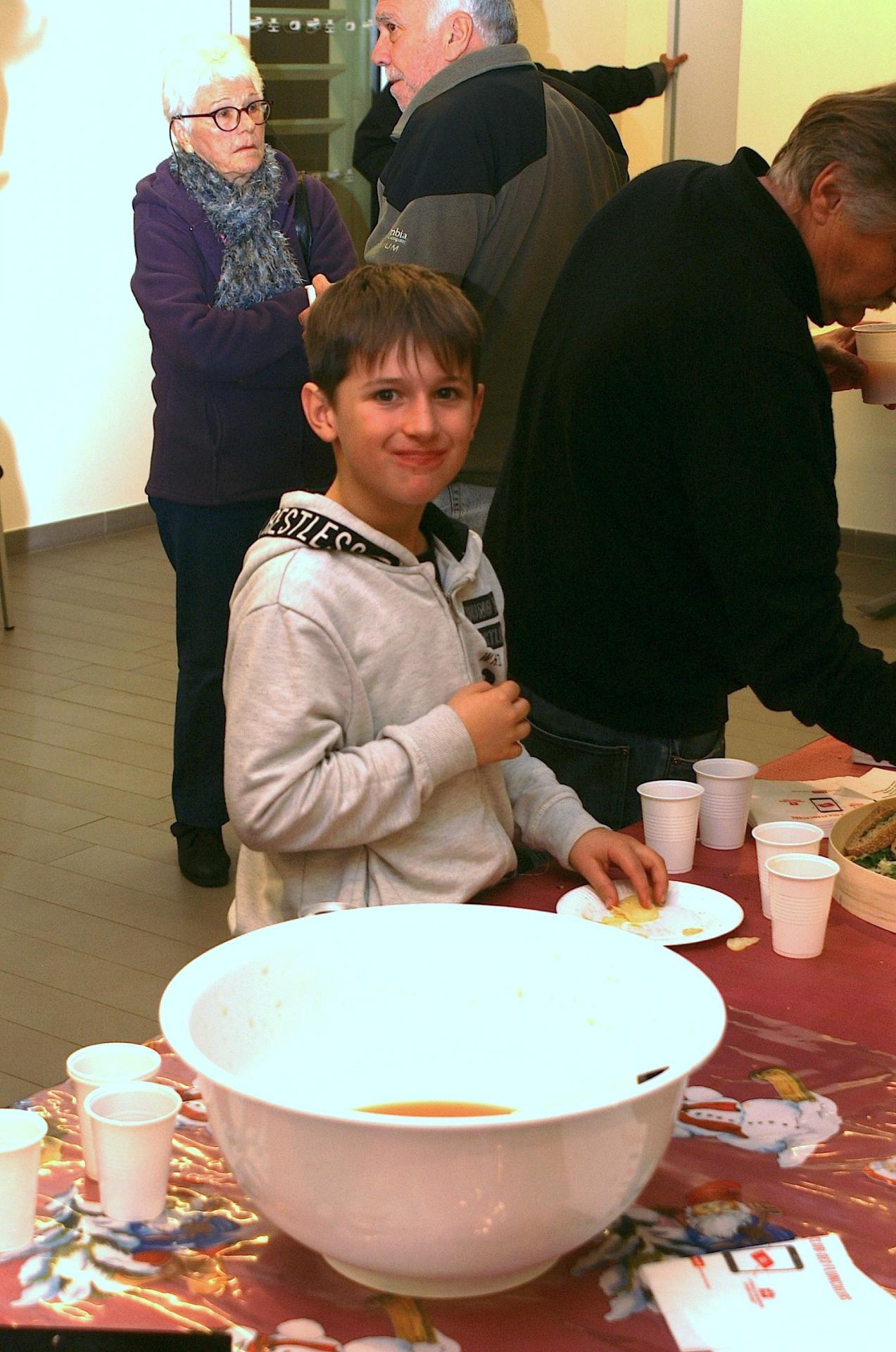 18 - Un petit gars souriant :  il a vidé son assiette.