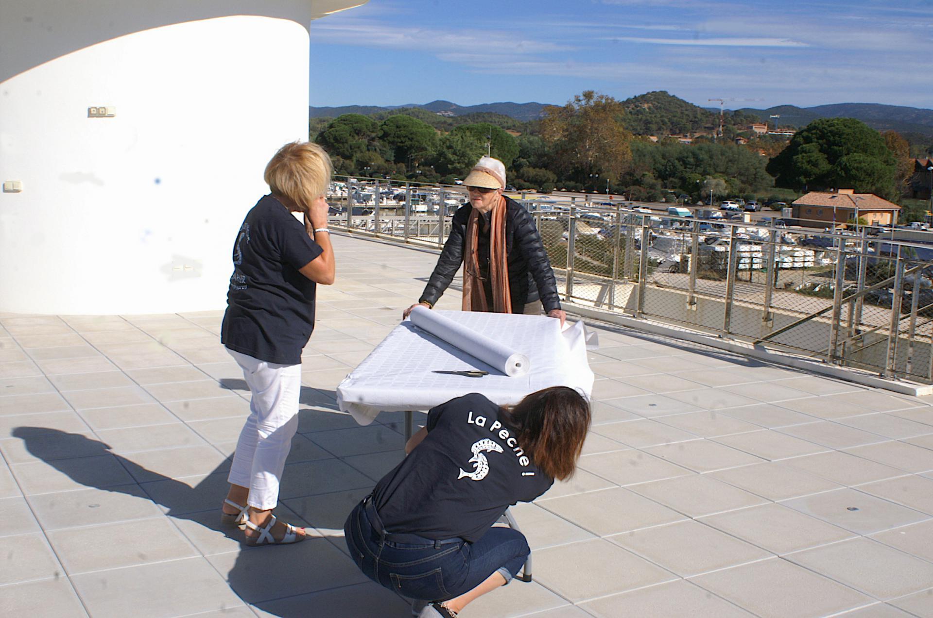 2 - Yvette, Françoise et ? installent la première table
