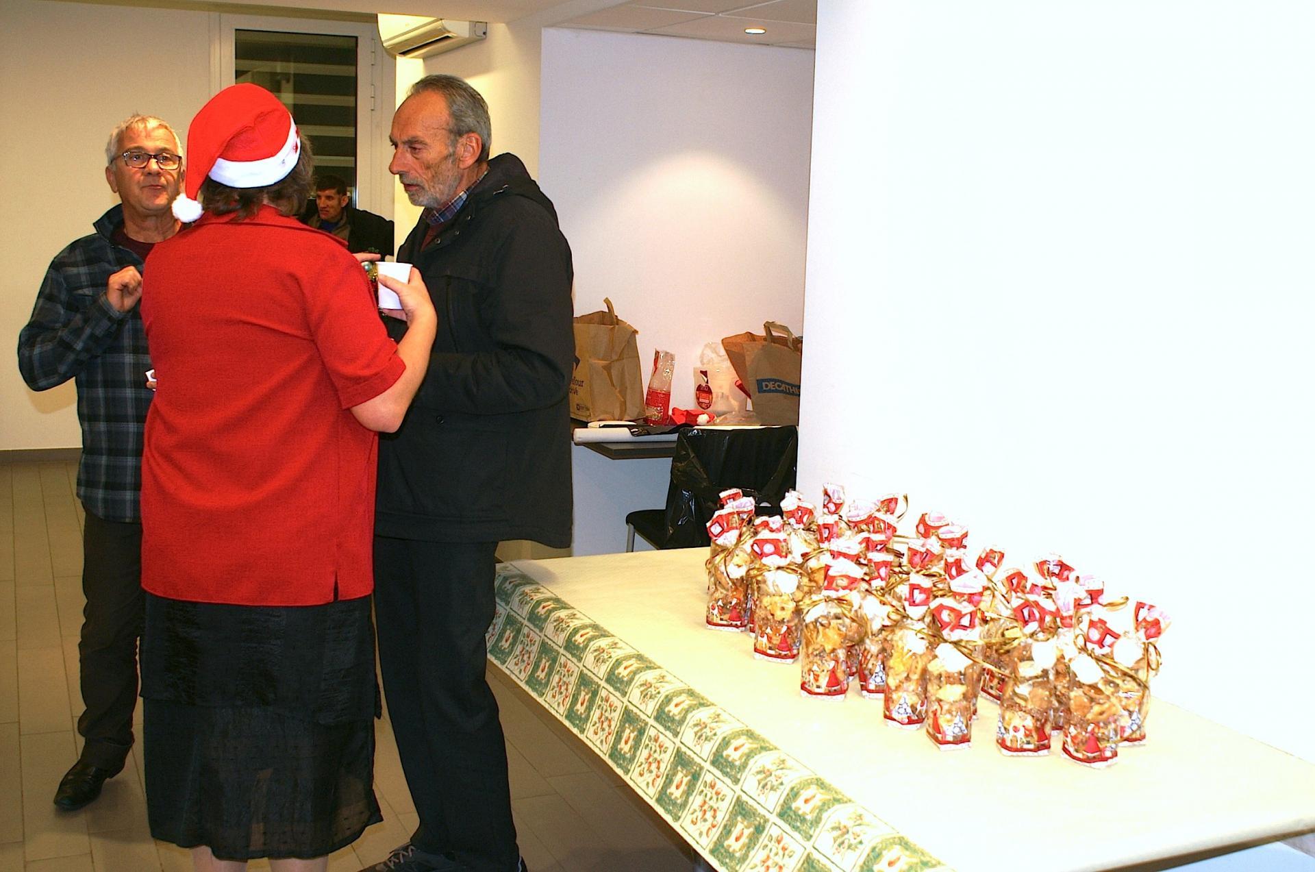20 - Sonia et André REMION devant de délicieux biscuits.