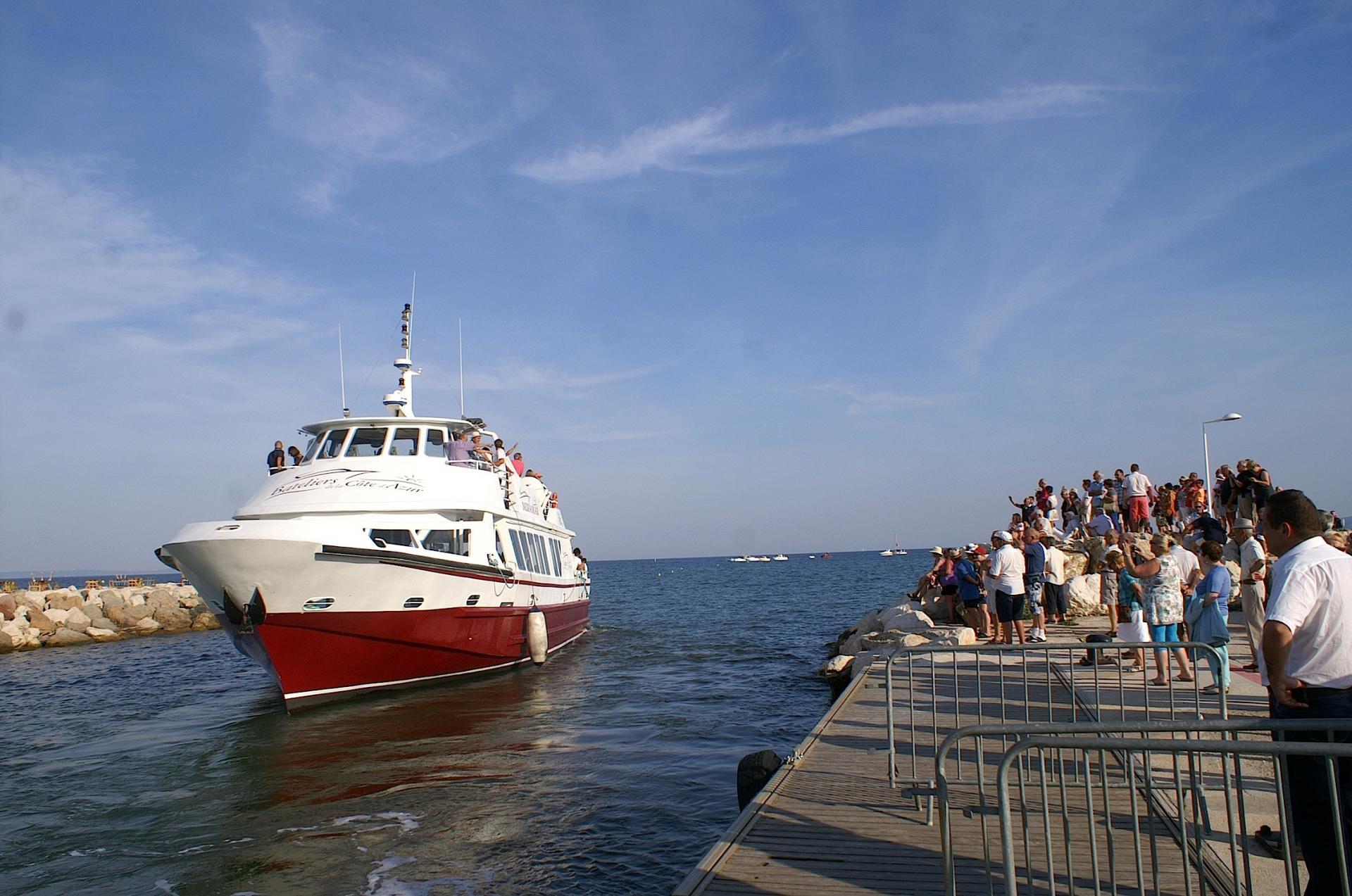 29 Mr le Curé à bord du bateau officiel quitte le port
