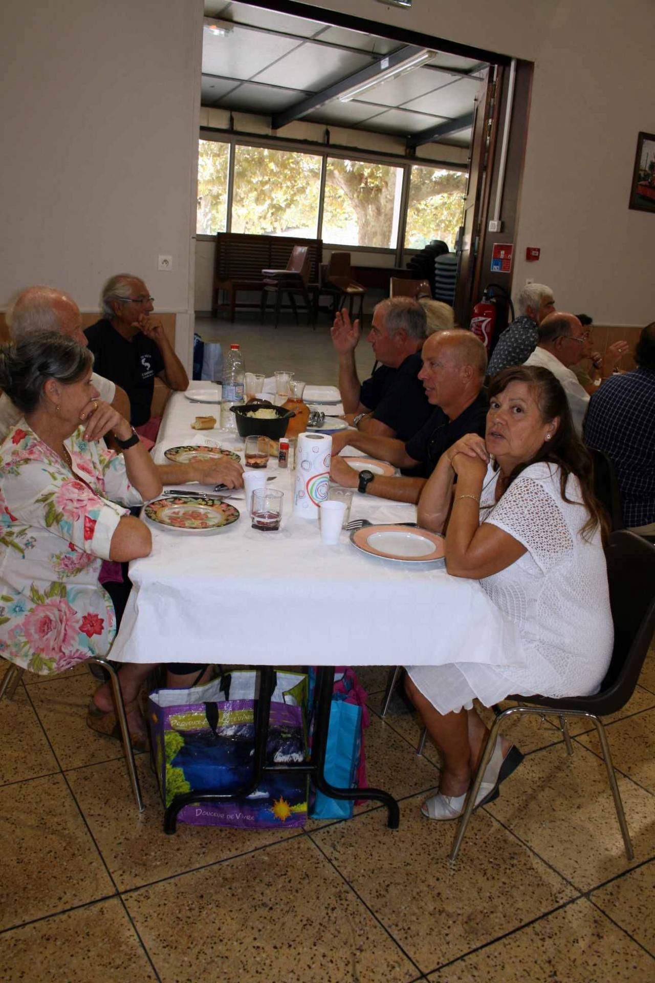 34 le repas une table 8