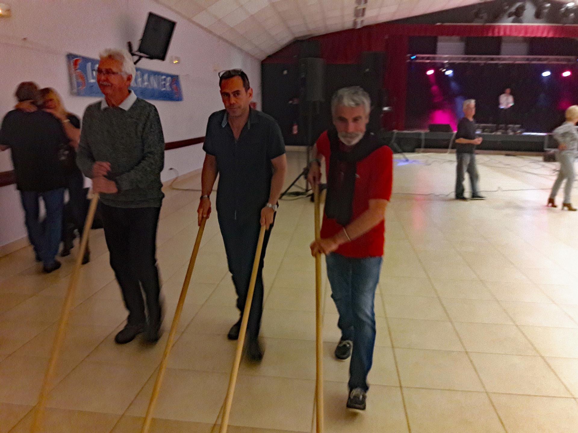 A la fin de la fête 3 hommes aux balais