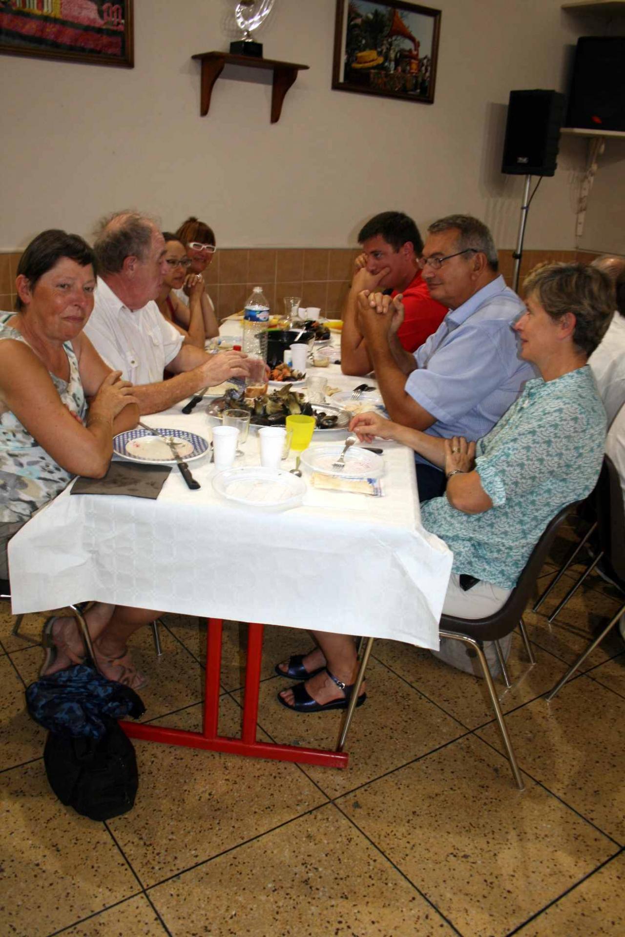 37 Le repas-  une table 11