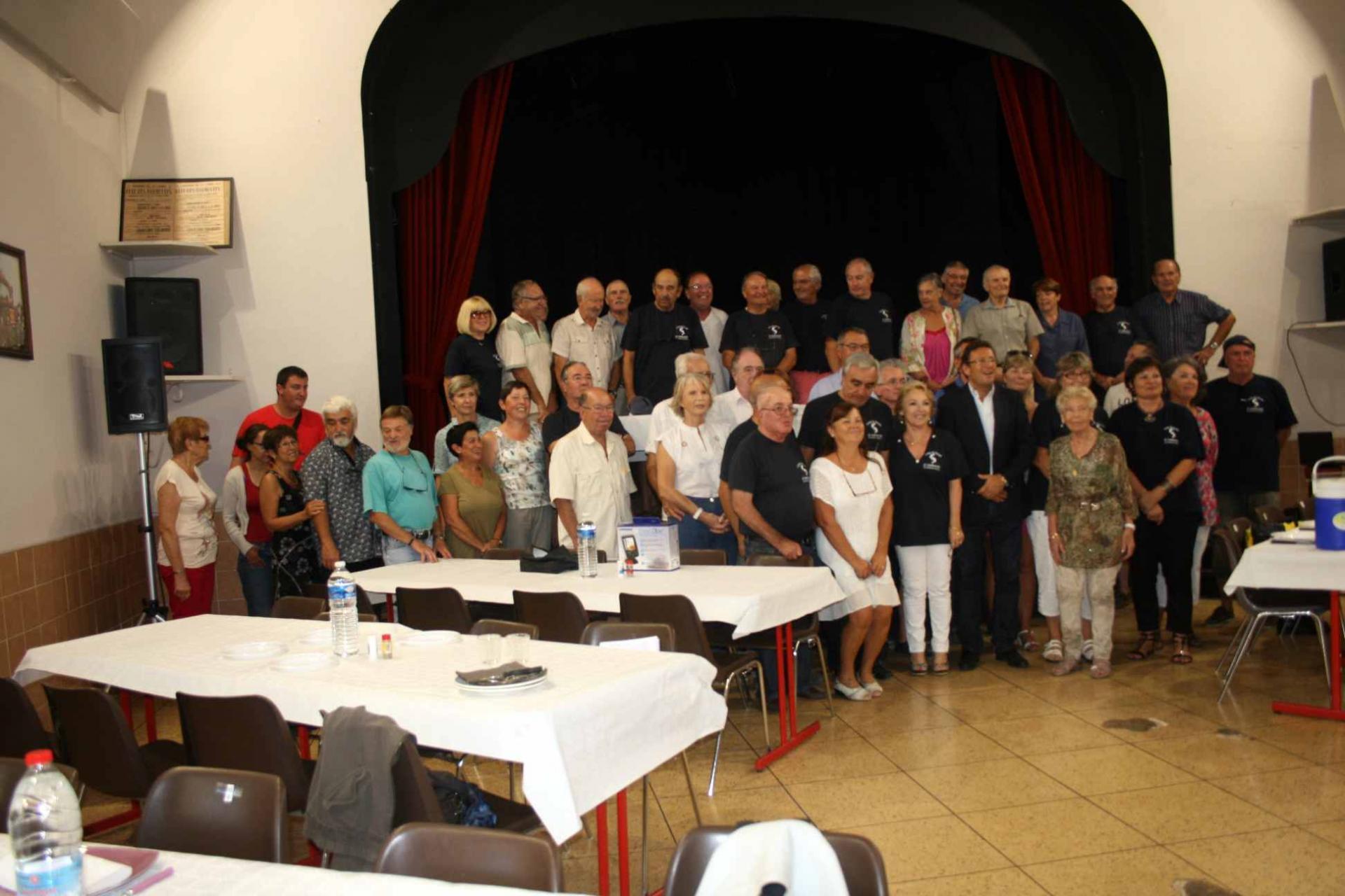 43 Le repas - photo finale de l'assemblée