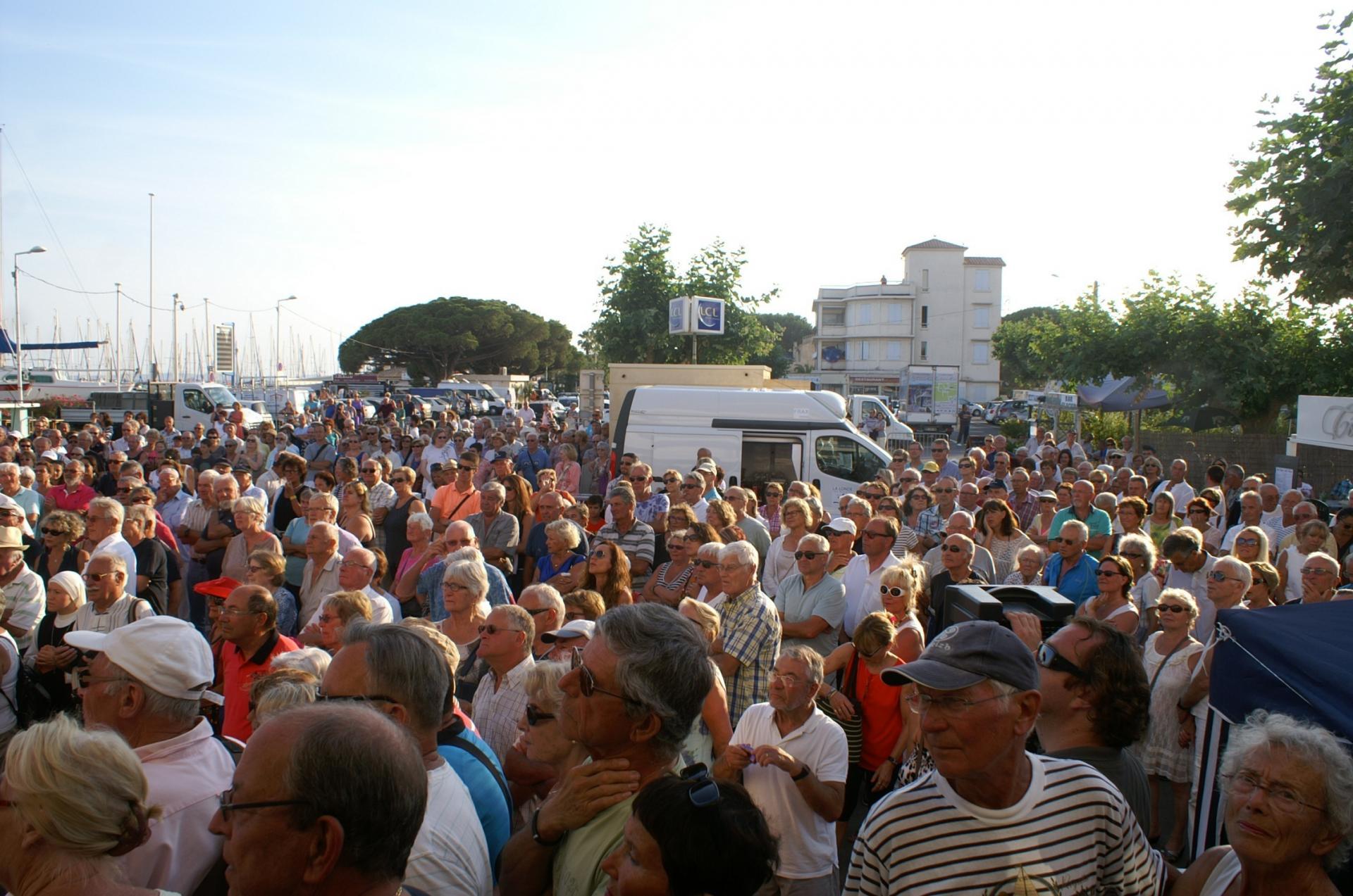 44 La foule sur la place Gras
