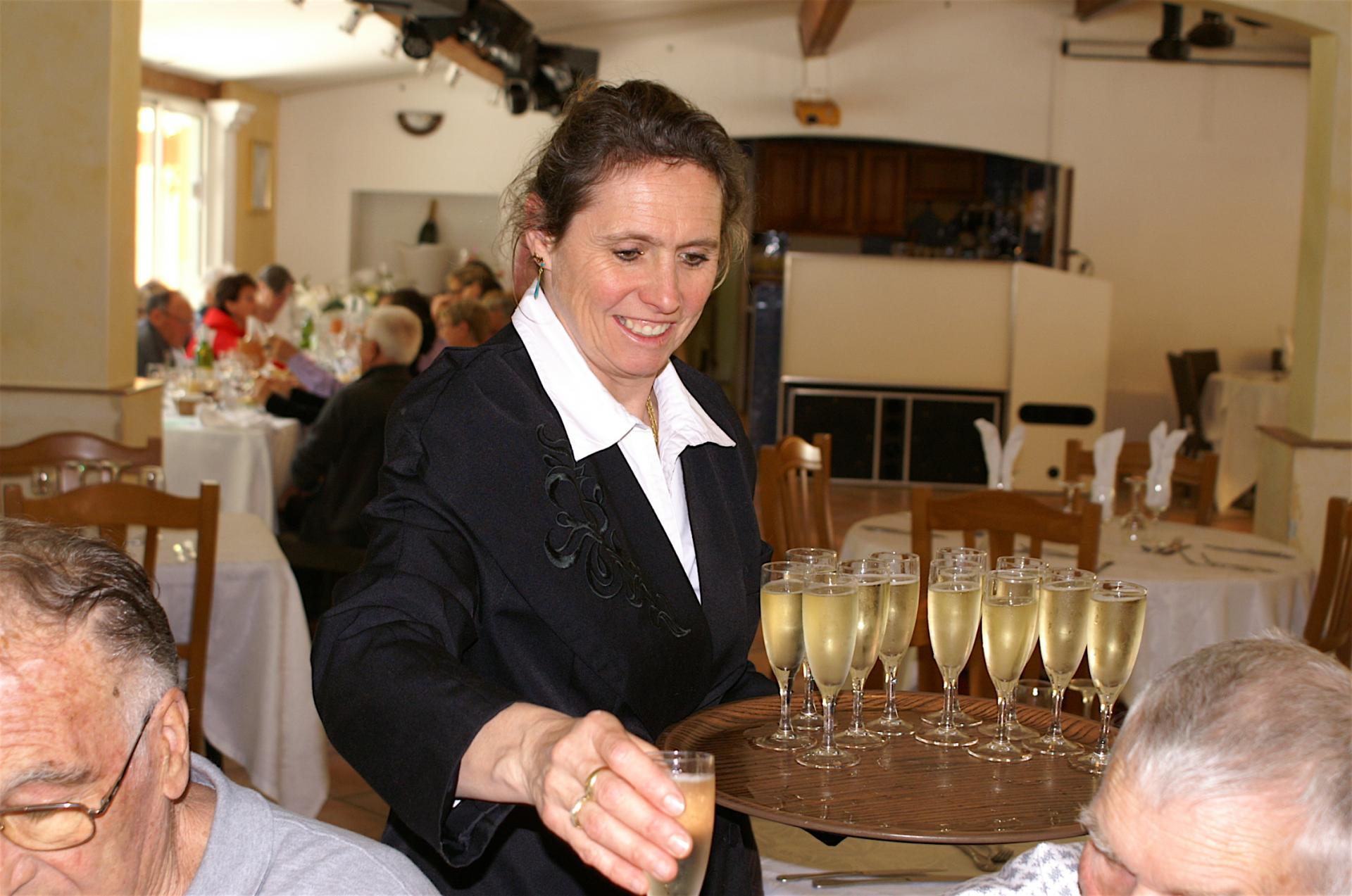 48 Vient le dessert et le champagne.