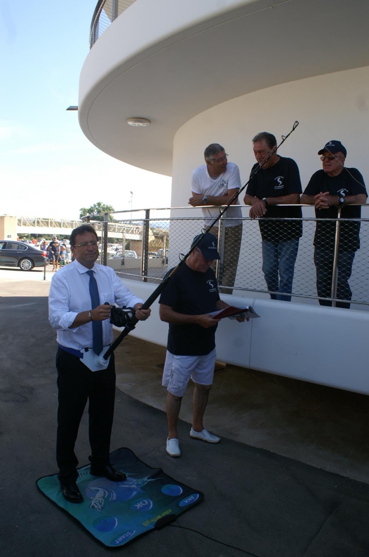 07 Le Maire s'exerce à la pêche au gros