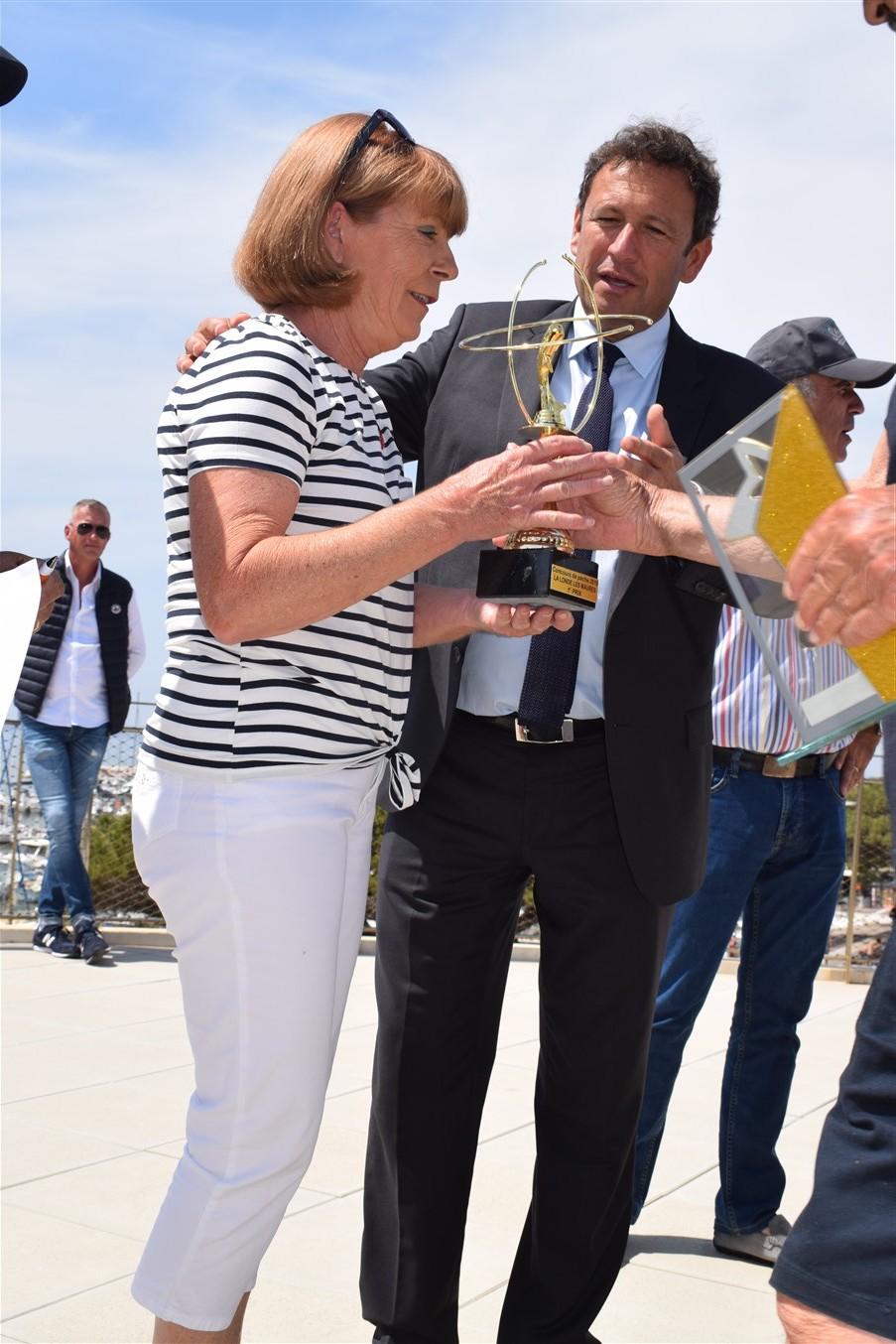 Le maire remet sa coupe à Jacqueline Nouzille et la félicite pour avoir gagné le concours.
