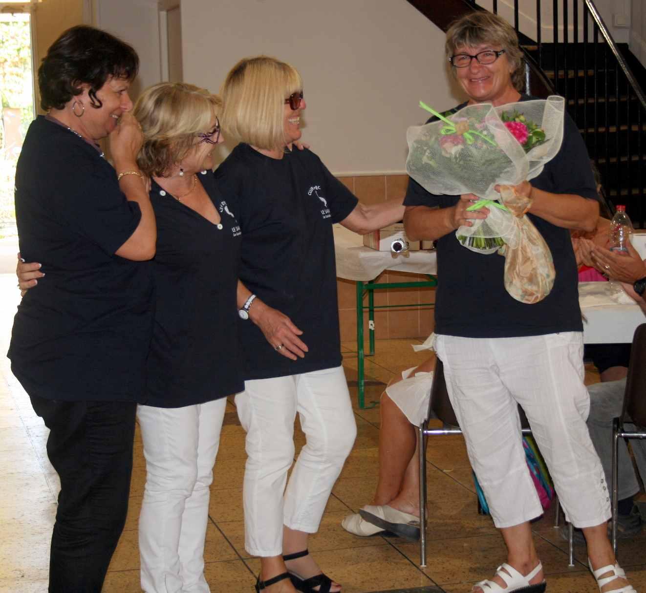 68 Sonia reçoit les fleurs offertes aux femmes qui se sont charge des cuisinnes