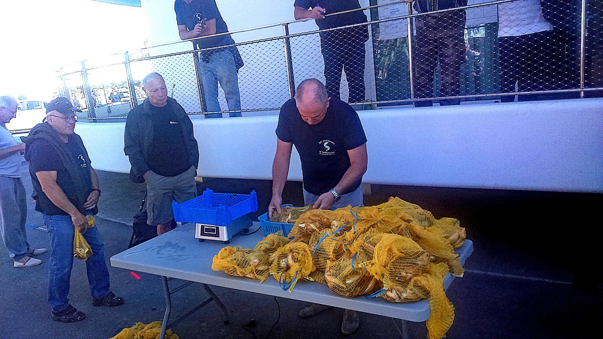Concours de pêche  - la pesée,  Paul officie