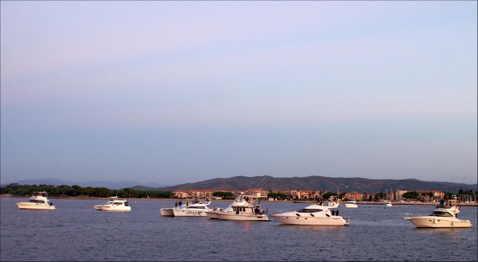 Dès la sortie du port les bateaux s'alignent