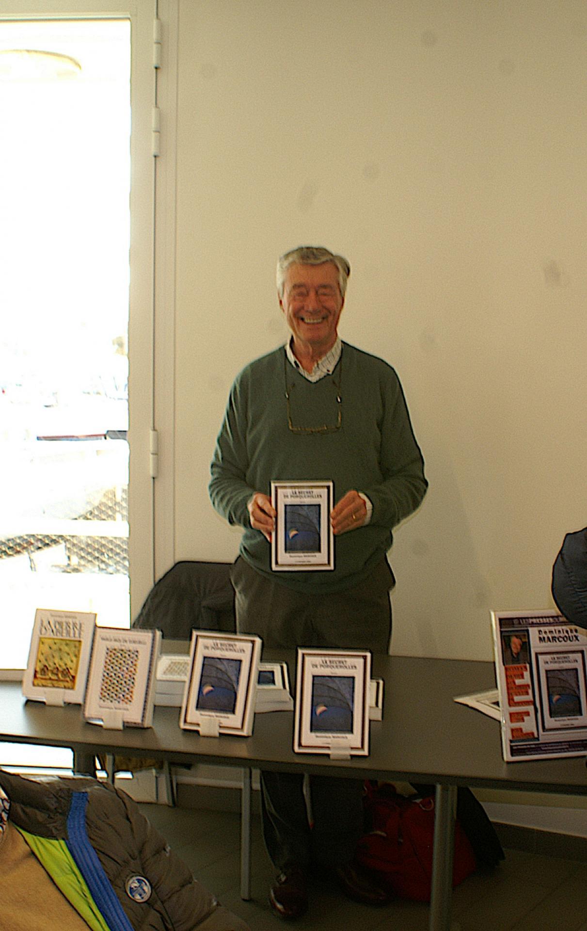Dominique Marcoux avec son dernier livre.