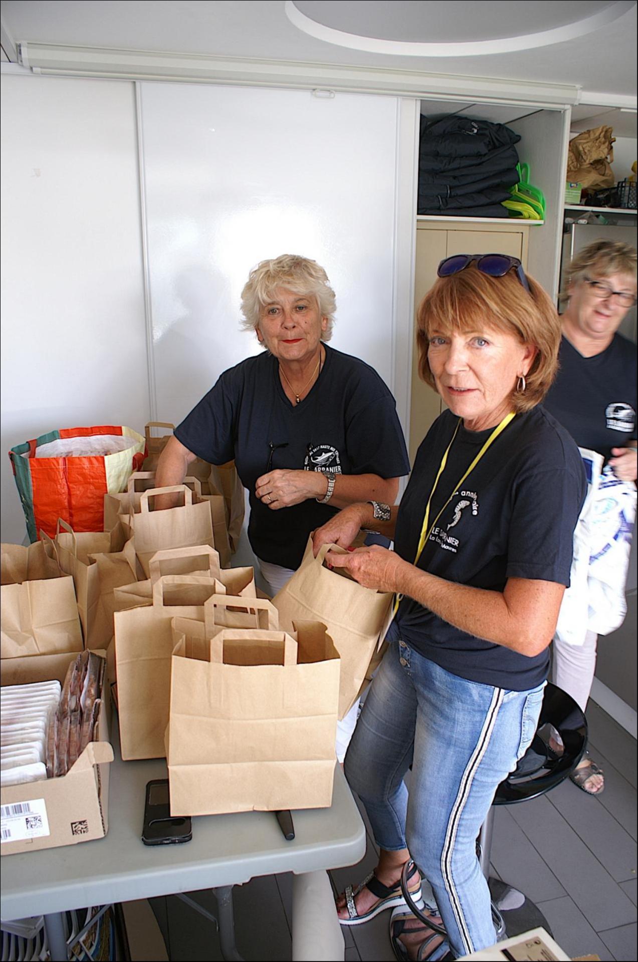 Jacqueline et Martine préparent les sacs repas des équipages