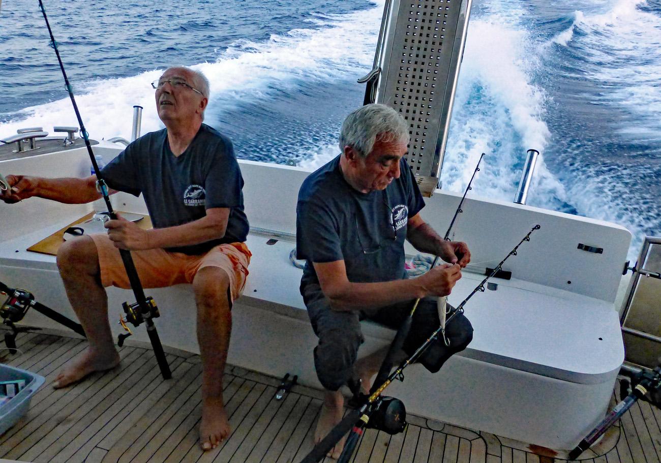 On pre pare les cannes pendant le trajet en haute mer modifie 2 1 modifie 2