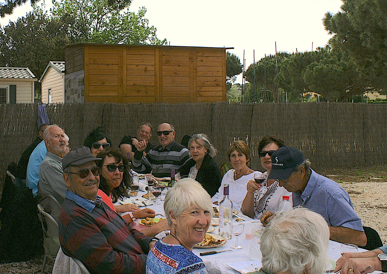 Fin de repas joyeuse à la table 6